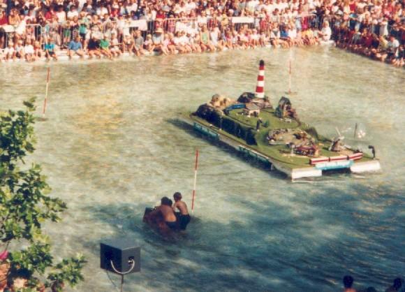 Papierbootrennen in der Innenstadt von Oldenburg