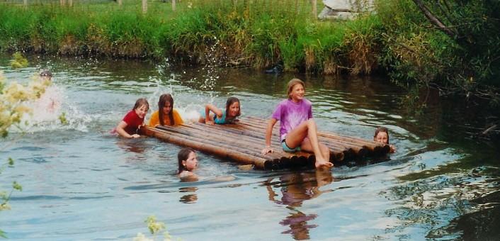 Kinder auf einem selbstgebauten Floß